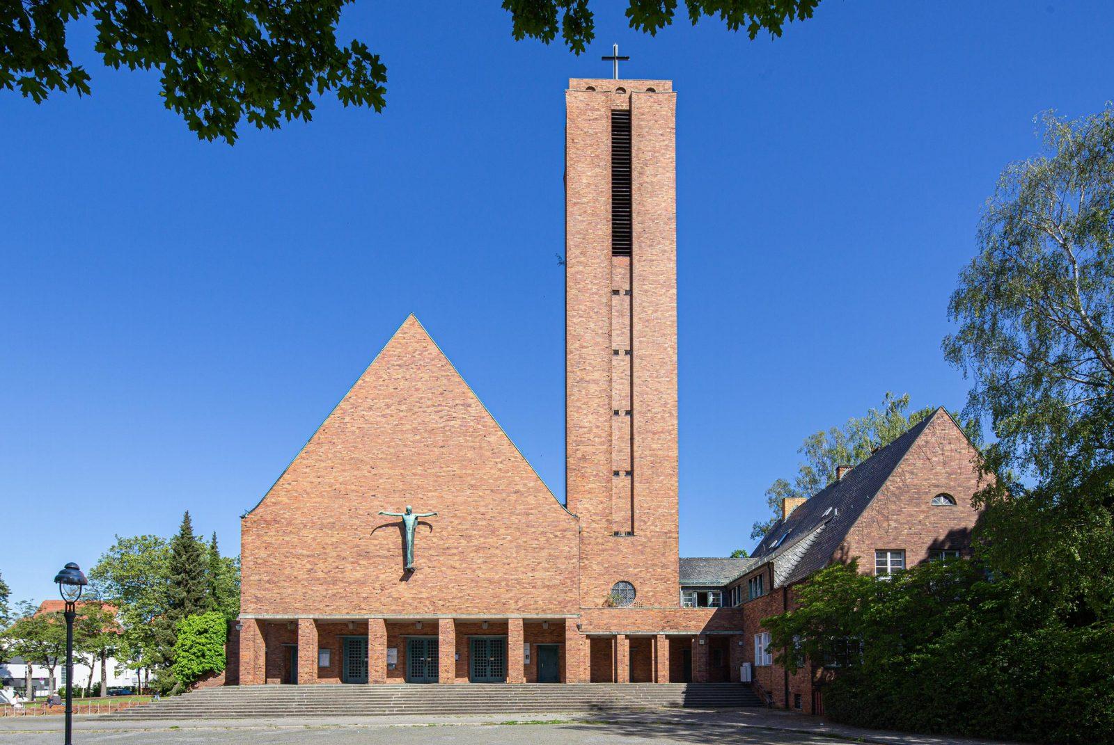 Ausgezeichnete Raumakustik unter dem Glockenturm: Die Jesus-Christus-Kirche an der Kreuzung Hittorfstraße/Faradayweg