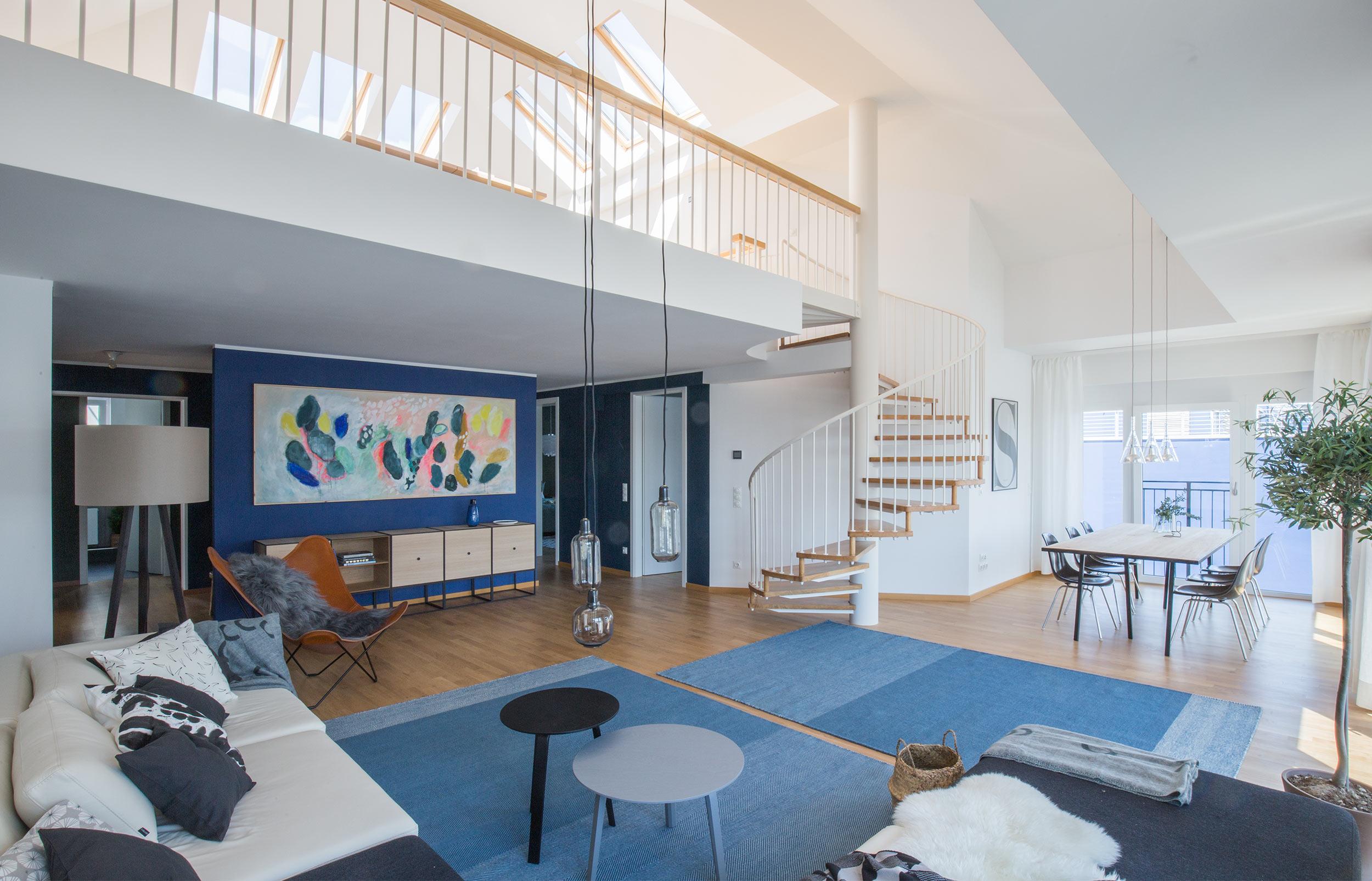 Lichtdurchfluteter Wohn-/Essbereich und Galerieebene