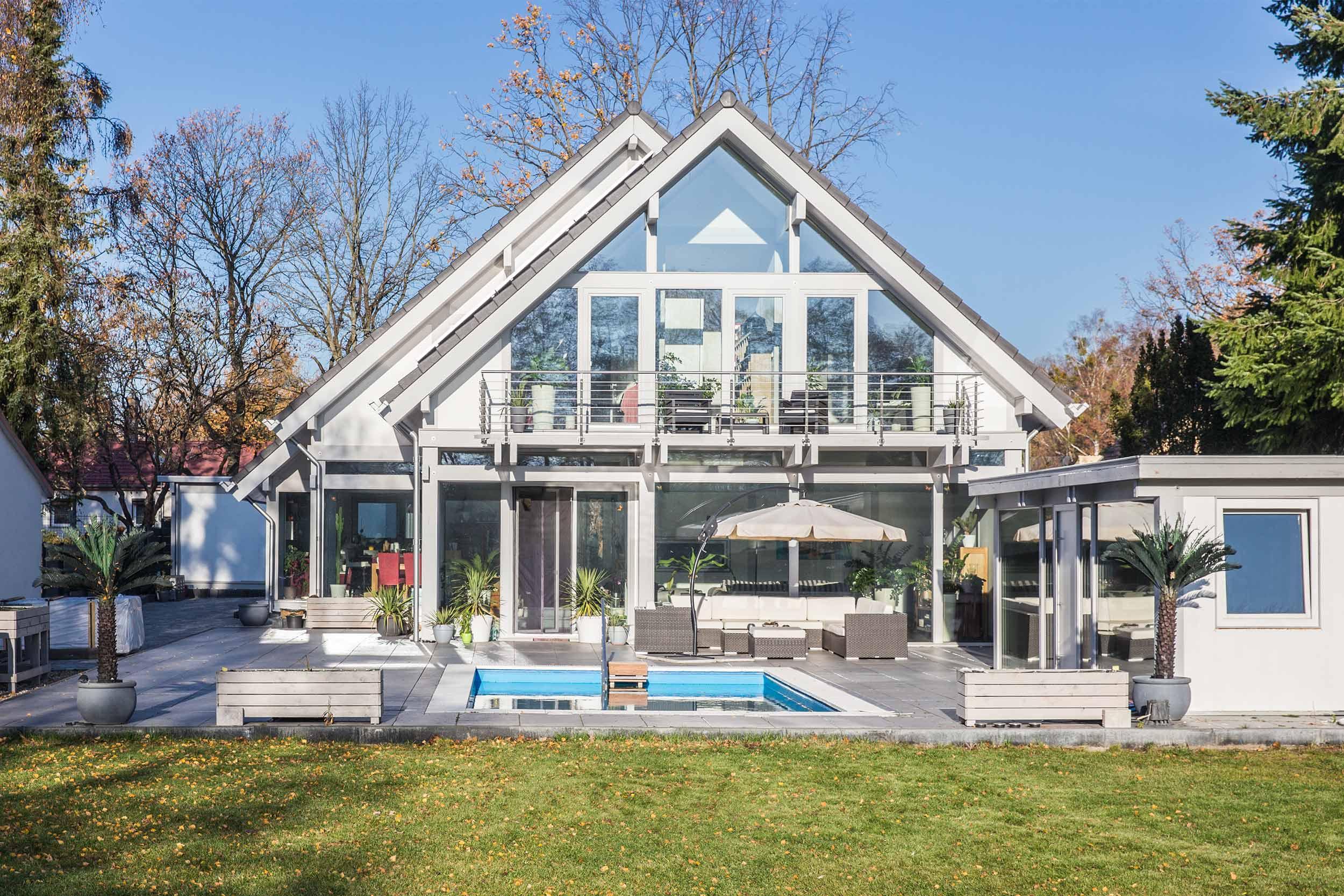 Haus mit Pool, gartenseitig