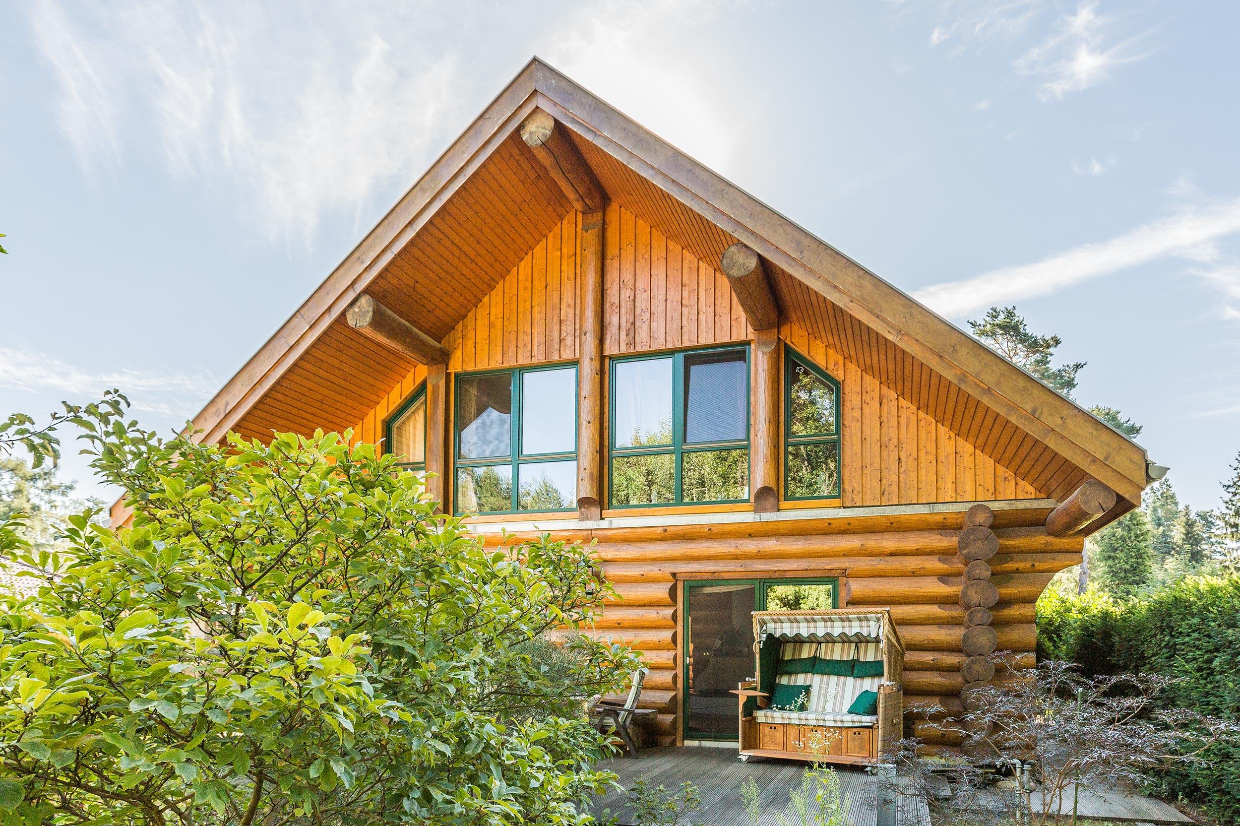 Großzügiges kanadisches Blockhaus mit Sonnengarten